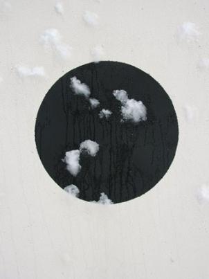 http://hugopernet.com/files/gimgs/th-14_06_ Cible_ Acrylique sur mur, neige,  2004-2005.jpg