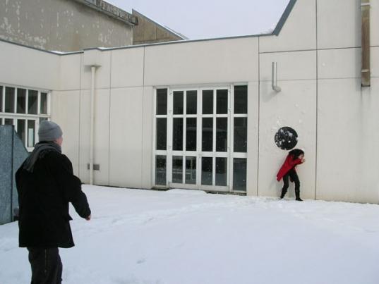 http://hugopernet.com/files/gimgs/th-14_05_ Cible_ Acrylique sur mur, neige,  2004-2005.jpg