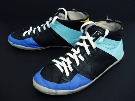 http://hugopernet.com/files/gimgs/th-19_02_ Shoes_ Acrylique sur cuir usé, lacets neufs, pointure 43.jpg